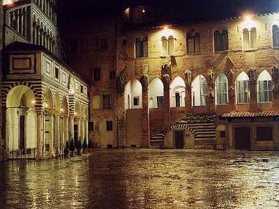 Pistoia-piazza_del_duomo